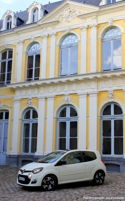 La Twingo dans la cour de l'Hôtel de Guînes, à Arras.