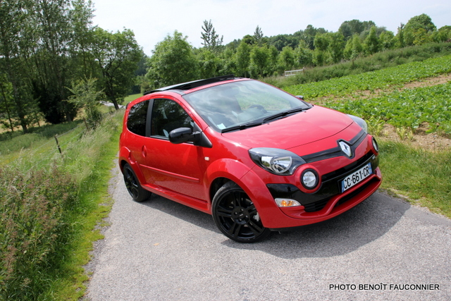 essai la renault twingo rs revient avec un plumage au top quatre cylindres en ligne. Black Bedroom Furniture Sets. Home Design Ideas